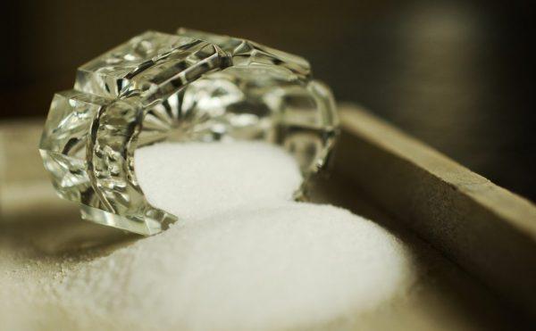 Gewöhnliches Salz im Kristallstreuer als Kochsalz verwendet aber nur Natriumchlorid ist