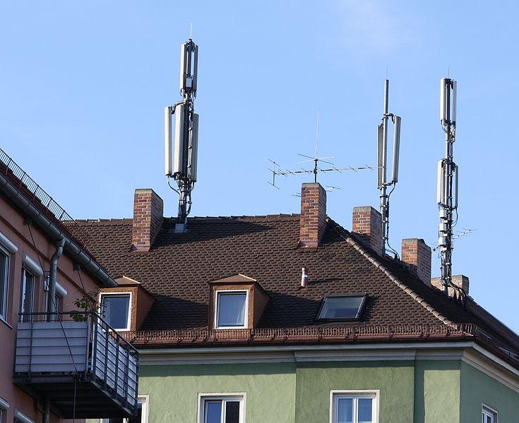 Mobilfunkmasten auf einem Wohnhaus in München Sendling
