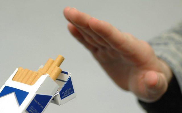 Vitaminkur bei Rauchentzug: Rauchen, nein Danke! Hand weist Zigarette ab
