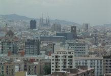 """Beispiel für schwarzer Humor: Hickelkasten in Barcelona, Spanien: Der Sprung in den """"Himmel"""" ist in diesem Fall ein Sprung in den Tod. Hier hat sich jemand einen makabren Scherz erlaubt."""