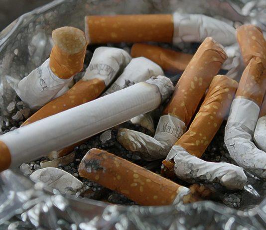 Aschenbecher voll mit Zigaretten: Machen Sie den Tabaksucht-Test