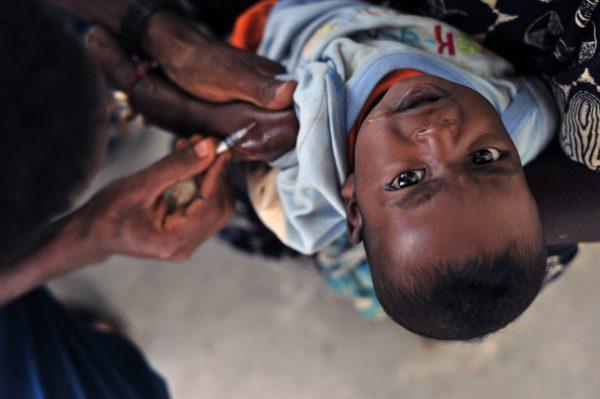 Impfung eines farbigen Kindes
