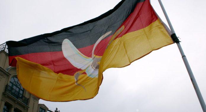 Protest gegen Acta in Munich: Bananenrepublik Deutschlandflagge