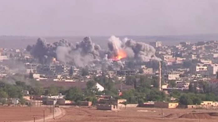 Luftschlag der Anti-IS-Koalition auf eine IS-Position in Kobane am 19. November 2014