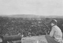Soldat überwacht das Rheinwiesenlager 1945