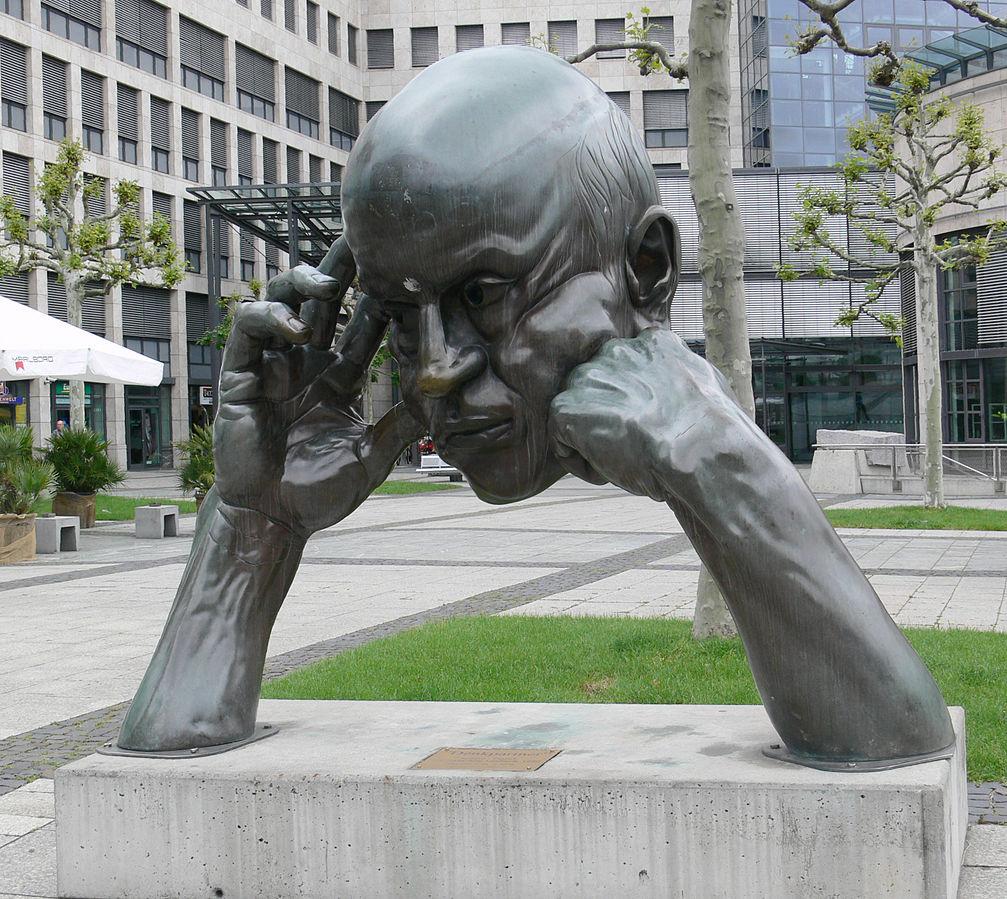 """Bronze-Skulptur """"Denkpartner"""" von Hans-Jörg Limbach, 1980, aufgestellt vor dem Friedrichsbau in Stuttgart"""