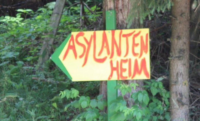 Hinweisschild zum 'Asylantenheim' in der Marktgemeinde Griffen (2010) für Kriegsflüchtlinge