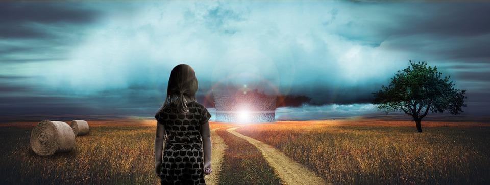 Mädchen auf dem Land schaut zu einer explodierenden Atombombe