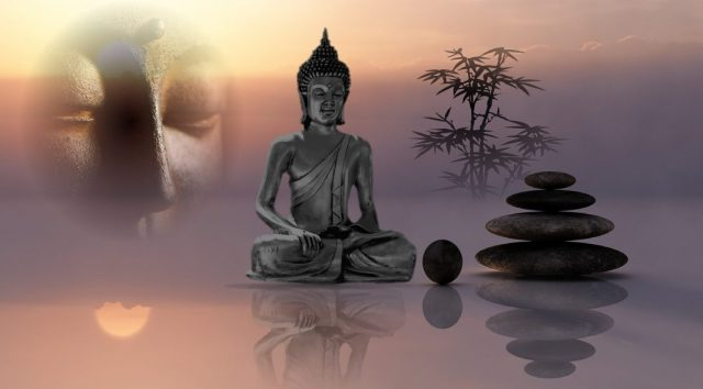 Buddha und Zen Steine sinnbildlich für die Achtsamkeitsübungen von Thich Nhat Hanh, die vielmehr Regeln zur Achtsamkeit sind.