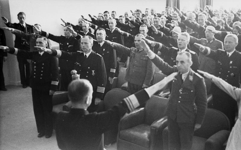 Karl Dönitz vor versammelten Offizieren beim Hitlergruß