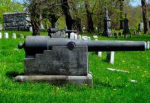 Friedhof mit Kanone