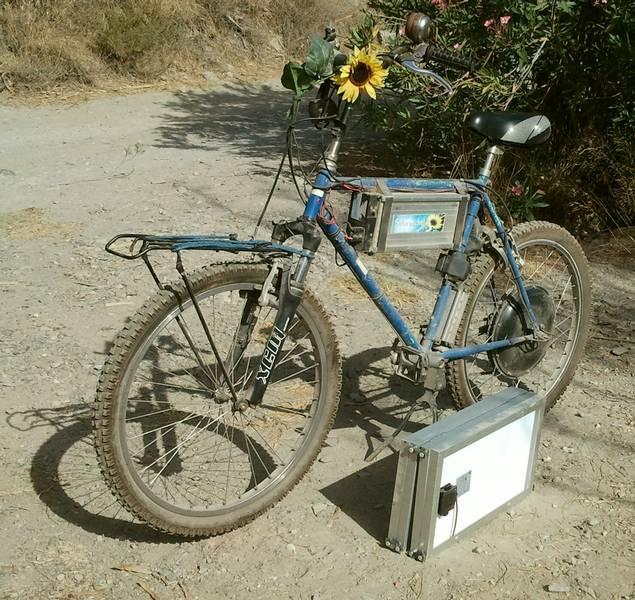 E-Bike beim aufladen mit Solarstrom