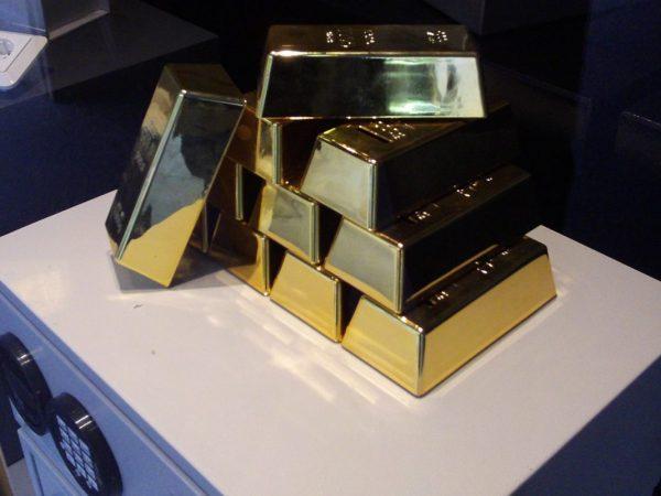 Goldbarren auf einem Tresor