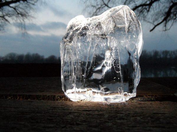 Großer Eisblock im Winter