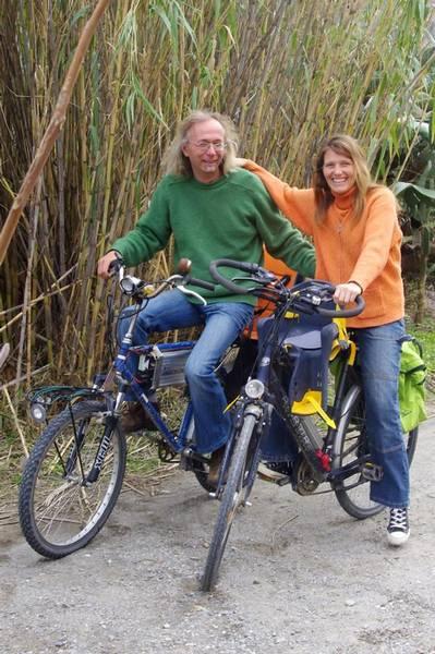 Michel Daniek und Frau auf Solar-E-Bikes