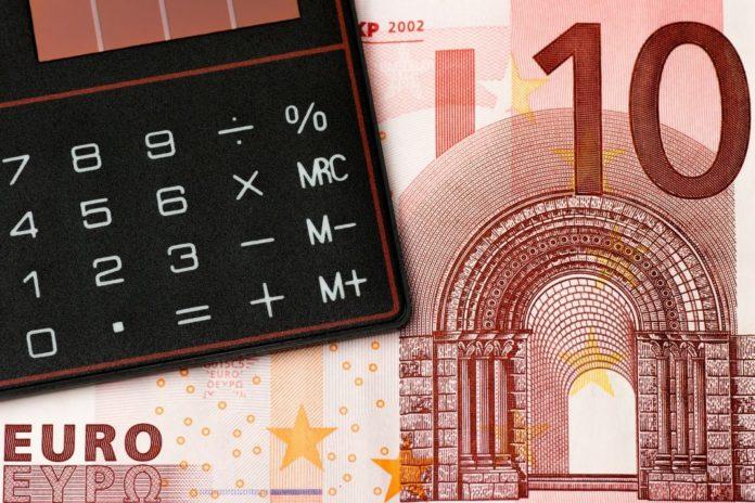 Taschenrechner mit 10 Euro-Schein