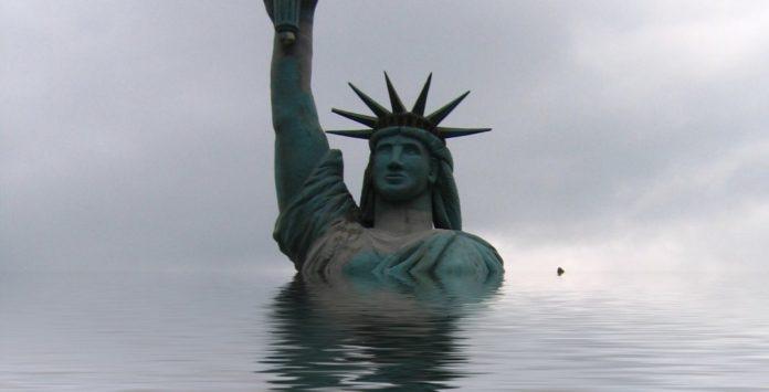 Freiheitsstatue der USA vorm Untergang