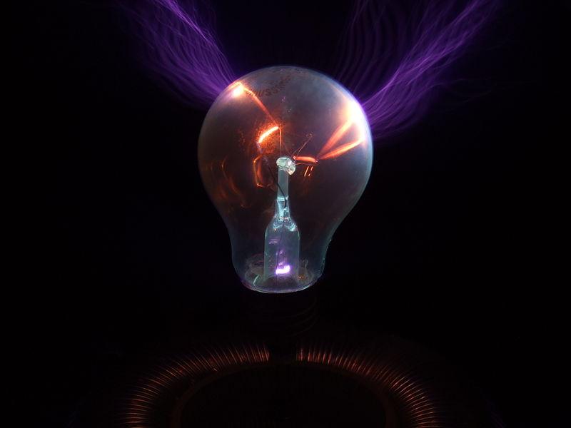Glühbirne die sich auf dem Torus einer Teslaspule befindet