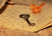 Antiker Schlüssel auf einem Brief