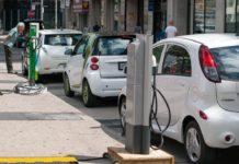 Elektroautos beim Aufladen in Toronto