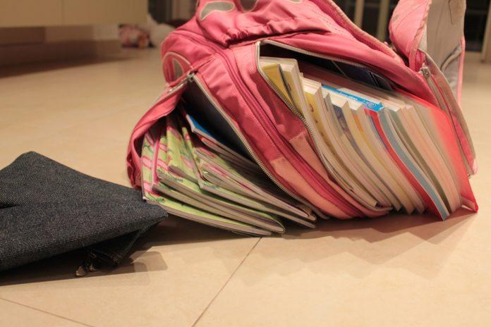 Schulranzen voll mit Büchern
