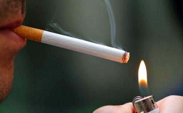 Das Anzünden einer Zigarette