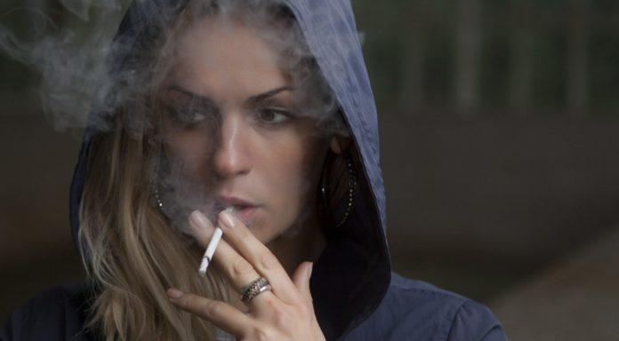 Die 12 Rauchertypen - hier: Frau, raucht genüsslich eine Zigarette