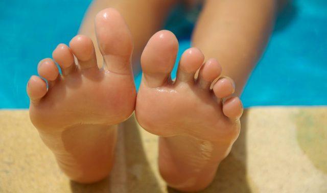Füße im Schwimmbad. Fußpilz?