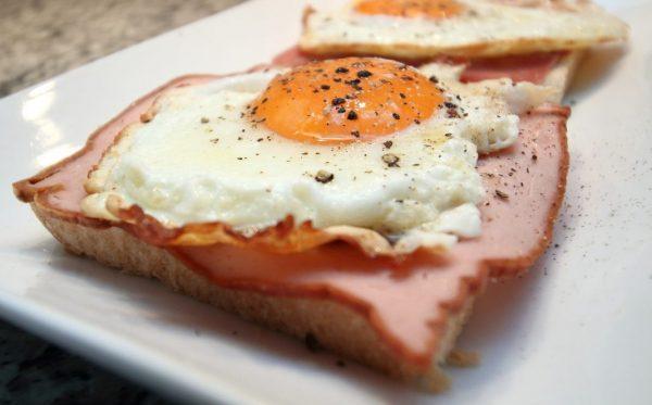 Spiegeleier mit Schinken auf Toast als tierische Eiweiß - Mahlzeit