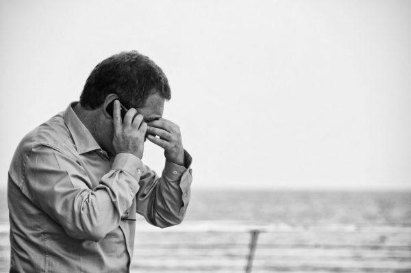 Mann am Telefon macht sich Sorgen