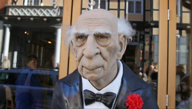 Puppe eines Rentners/Seniors mit starker Faltenbildung im Gesicht