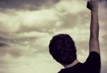Übung zur Befreiung von emotionale Selbstsabotage: Eine Faust hochgestreckt in der Luft