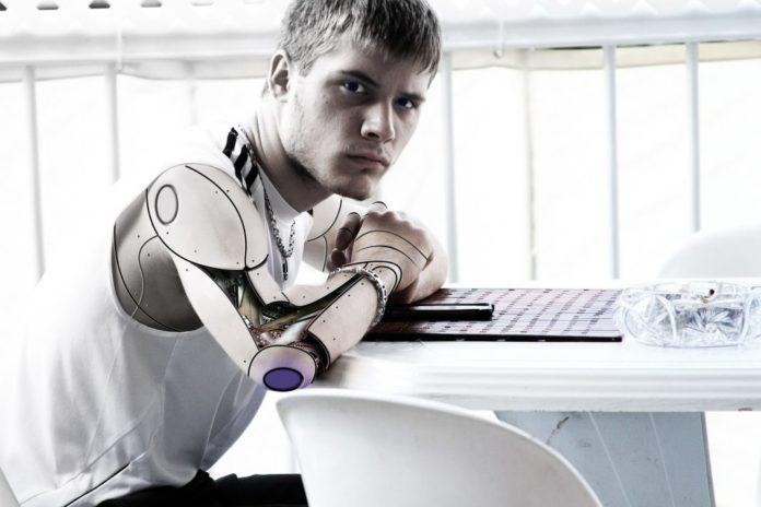 Teenager Roboter sitzt am Tisch