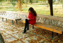 Frau im Park macht die Übung: Emotionale Transformation