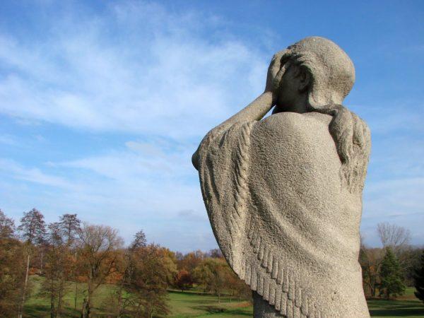 Trauerbewältigung: Skulptur einer trauernden Frau