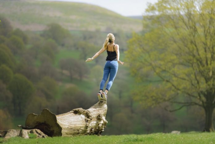 Frau mit den erhabenes Geisteshaltungen beim Meditieren