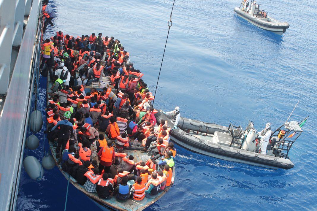 Während der von Frontex geführten Operation Triton im südlichen Mittelmeer rettet das irische Flaggschiff LÉ Eithne zahlreiche Flüchtlinge