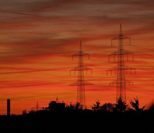 Strommasten und Elektrosmog bei Sonnenuntergang