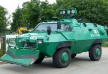 Polizei Sonderfahrzeug bei der Bekämpfung des Elbe-Hochwassers in Dresden im Juni 2013