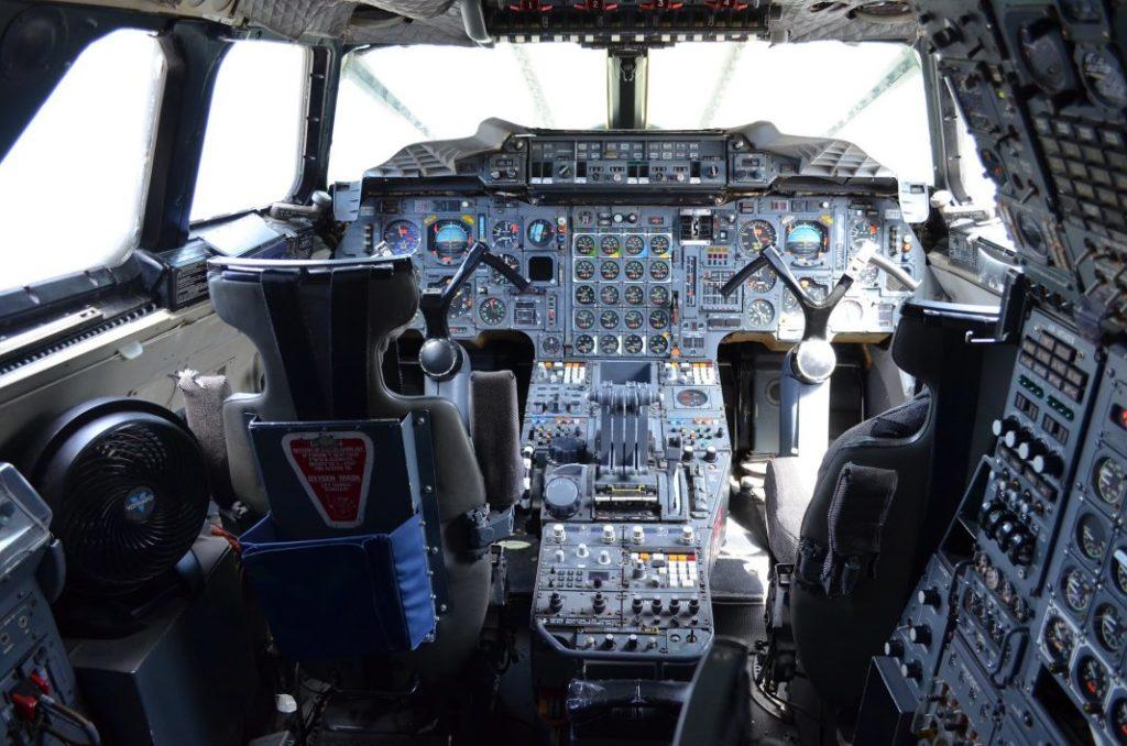 Cockpit großes Flugzeug