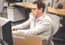 Stress des Arbeitslebens - hier: Mann am Bildschirmarbeitsplatz