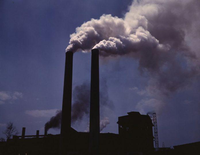 Luftverschmutzung durch Abgase einer Produktionsanlage im 2. Weltkrieg