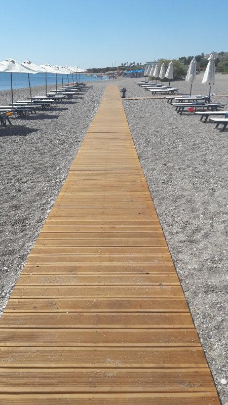 Holzpaletten am Strand