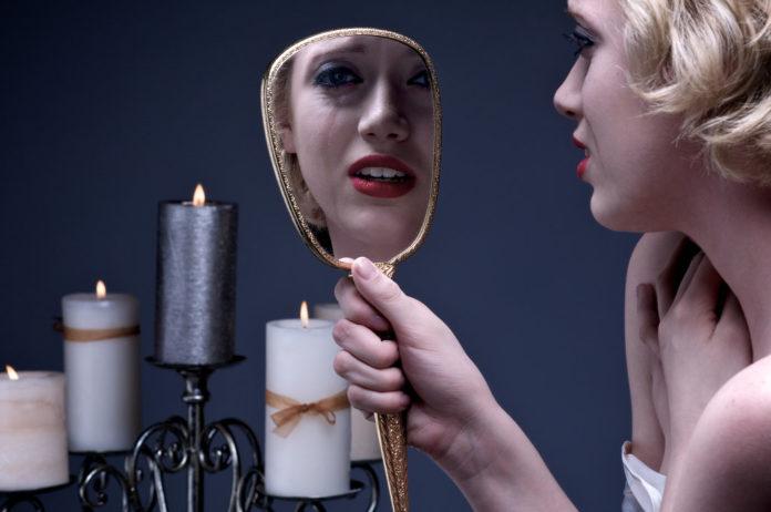 Hope schaut in den Spiegel