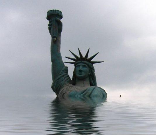 Freiheitsstatue geht im Meer unter