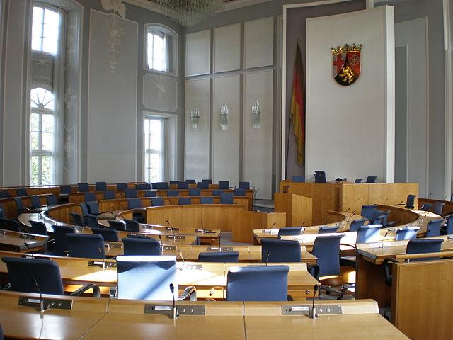 Plenarsaal des rheinland-pfälzischen Landtags im Deutschhaus in Mainz