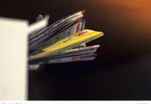 ein Stapel Werbebeilagen stecken im Schlitz eines Briefkastens