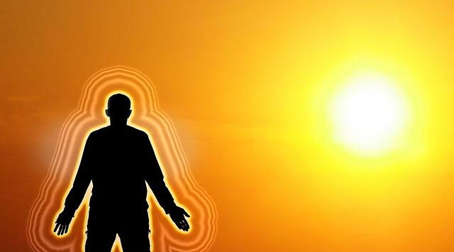 Silhouette mit Aura beim Sonnenuntergang