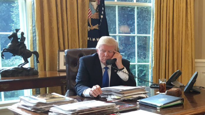 Trump spricht mit Putin am Telefon im Oval Office