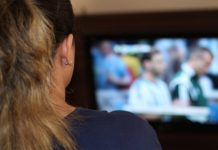 Frau beim TV schauen